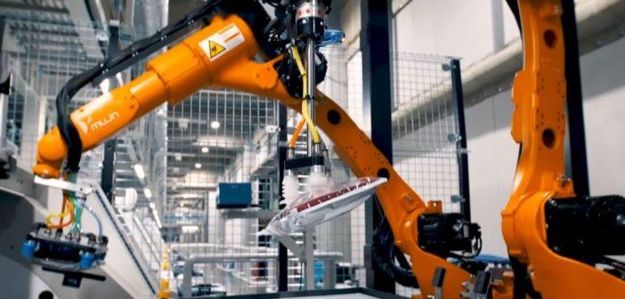 Uniqlo finalise l'automatisation totale d'un entrepôt avec des robots d'emballage de vêtements (Cr Photo Mujin)
